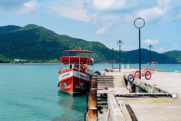 traghetto dalla costa alle isole