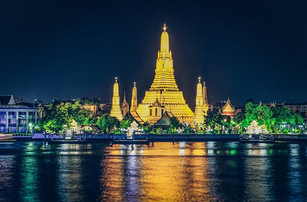 Il Wat Arun diventa verde per San Patrizio